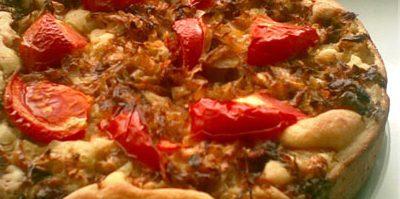 Открытый пирогна кефирес капустой и помидорами