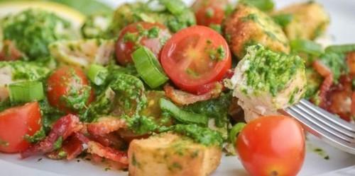 Салат с помидорами. Салат с помидорами, курицей, беконом и заправкой из шпината
