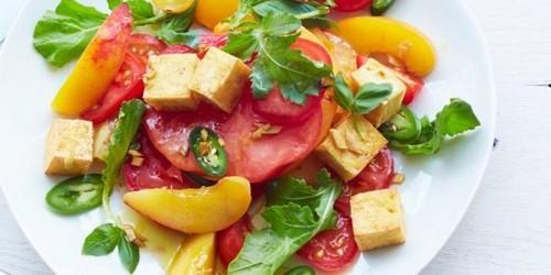 Салат с помидорами. Пряный салат с помидорами, рукколой, персиком и тофу