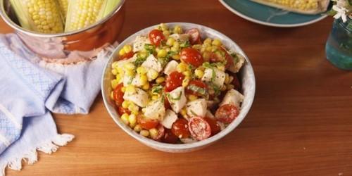 Салат с помидорами. Салат с помидорами, моцареллой и кукурузой