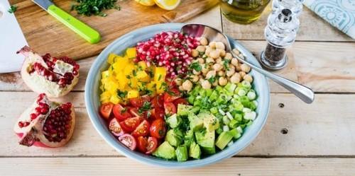 Салат с помидорами. Салат с помидорами, нутом, авокадо и гранатом