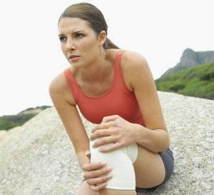Вторичный гонартроз имеет явные причины и факторы возникновения, в числе которых полученные суставом травмы – вывихи, ушибы, переломы