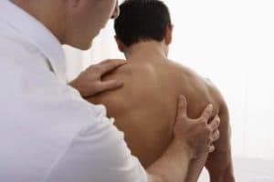 При осмотре врач может определить степень сколиоза