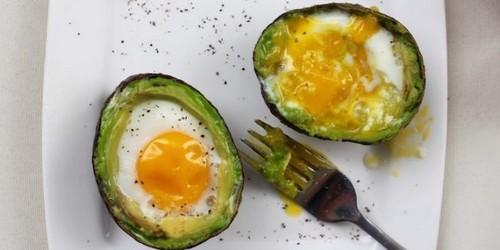 Как приготовить яйца в духовке: Запечённые яйца в корзинках из авокадо