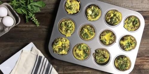 Как приготовить яйца в духовке: Яичные маффины с грибами, зеленью и сыром фета