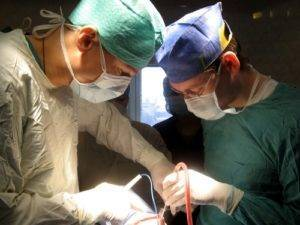 Хирургическую операцию проводят, если у больного при артрите началось гнойное воспаление