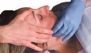 Посредством массажа фиксируют поврежденную часть челюстного сустава