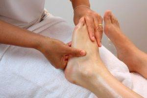 Правильно выполненный лечебный массаж при артрите голеностопного сустава приносит огромную пользу