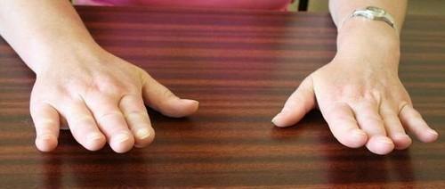 Перед упражнениями необходимо постучать кистями рук по какой-либо твёрдой поверхности