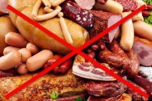 При заболевании необходимо исключить из рациона копчёные продукты