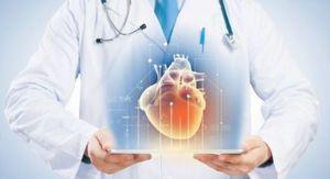 врач оберегает сердце человека