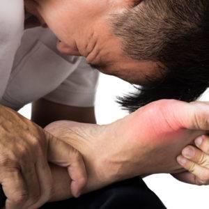 Начало острого периода характеризуется острой, приступообразной болью