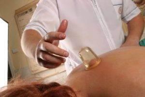Вакуумный баночный массаж спины