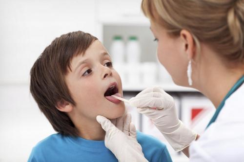 Доктор осматривает рот ребёнку