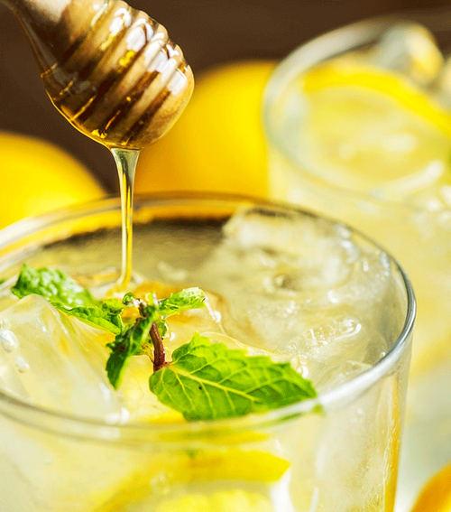 Начните свое утро со стакана горячей воды с лимонным соком и медом