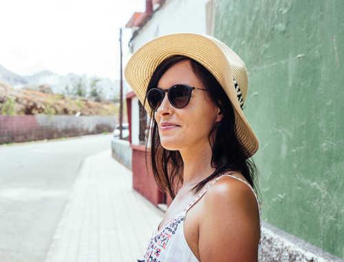 В солнечные дни летом людям, предрасположенным к гиперпигментации, на улицу лучше выходить в головных уборах