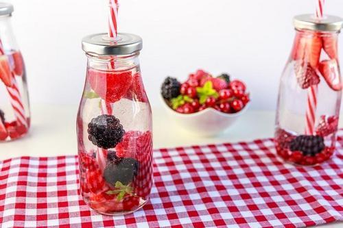 добавьте в воду свежие ягоды