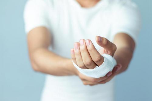 Лайфхак: не обрабатывайте рану йодом — просто промойте её водой. Изображение номер 2