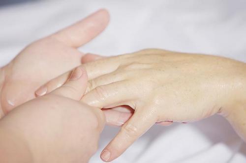 Удобно массировать пальцы, нанеся крем или масло на руки