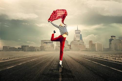 Встаньте на цыпочки и потянитесь руками вверх, можно сделать несколько легких шагов, можно подвигать руками