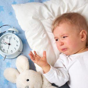 Ребенок сильно плачет перед сном: возможные причины, как помочь